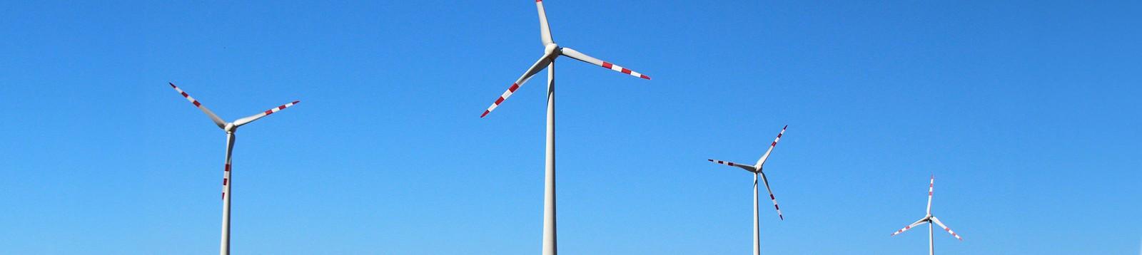 Molinos de viento produciendo energía eólica