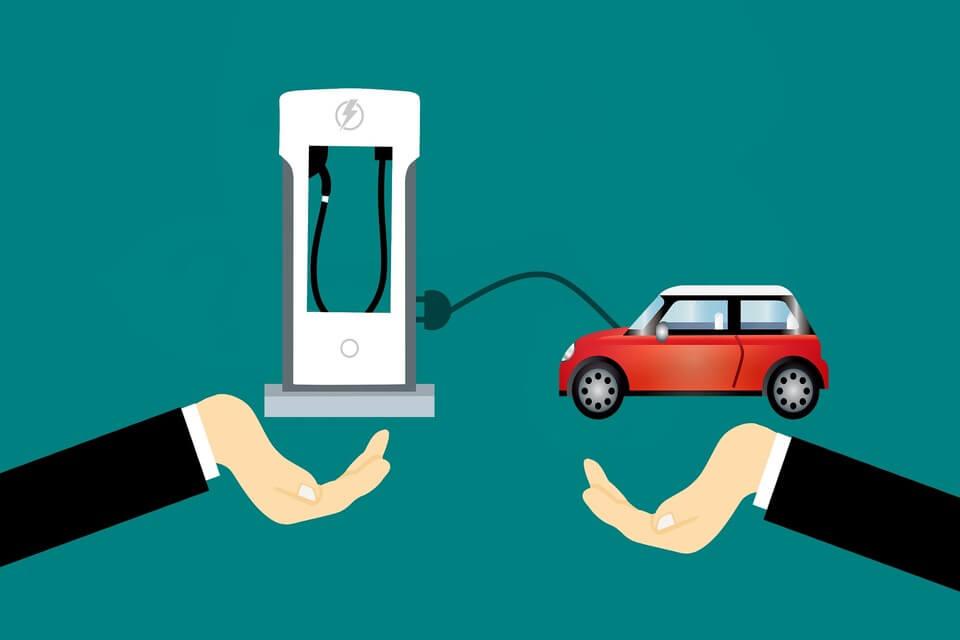 Procés per recarregar el cotxe elèctric al punt de càrrega...