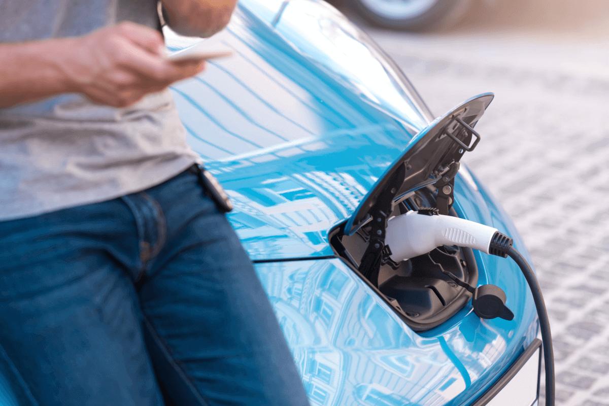Quant costa carregar un cotxe elèctric?